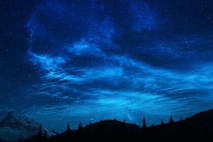 星光灿烂 漫天繁星 雪山 山林 树木 唯美山间夜色夜景壁纸图片