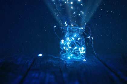 夜晚 漫天繁星 柔和的星光,灯带 荧光 玻璃瓶 唯美静物摄影壁纸图片
