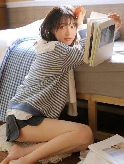 笑容甜美可爱短发美少女条纹衫短裤穿搭居家床上青涩写真套图