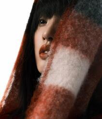 唐艺昕齐刘海挑染长发搭配酷飒皮衣登杂志写真图片组图2