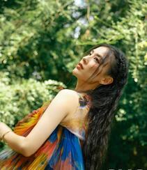 黄圣依染印花裙气质户外写真登杂志图片组图5