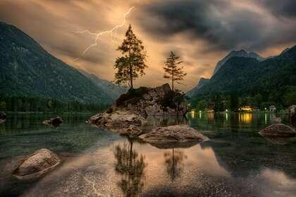 美丽的傍晚山间,清可见底的湖面,以及湖边亮着灯光的民屋壁纸图片