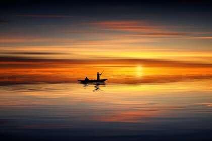 黄昏,水天一色的美丽黄昏,两个泛着轻舟的渔夫唯美4k壁纸图片