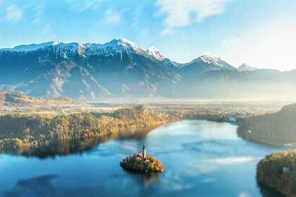 清晨迷雾下的雪山,森林,城镇唯美高空俯瞰美图壁纸图片