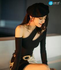 迪丽热巴头戴贝雷帽搭配紧身单肩连衣裙性感时尚气质写真图片