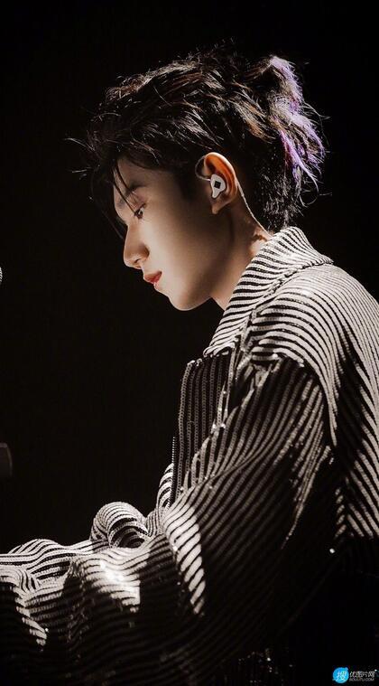 王源化身帅气钢琴小王子舞台照写真手机壁纸图片