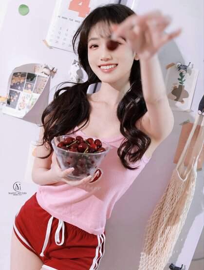 笑容超甜的双马尾性感粉嫩美少女身着可爱樱桃背心短裤居家吃樱桃写真图集