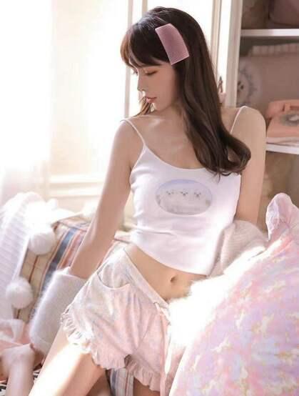 今日份的甜美女孩,氧气美少女可爱吊带背心短裤穿着居家私房写真图集