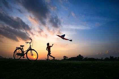 日落,黄昏,一个放风筝的小男孩,自行车唯美意境壁纸图片