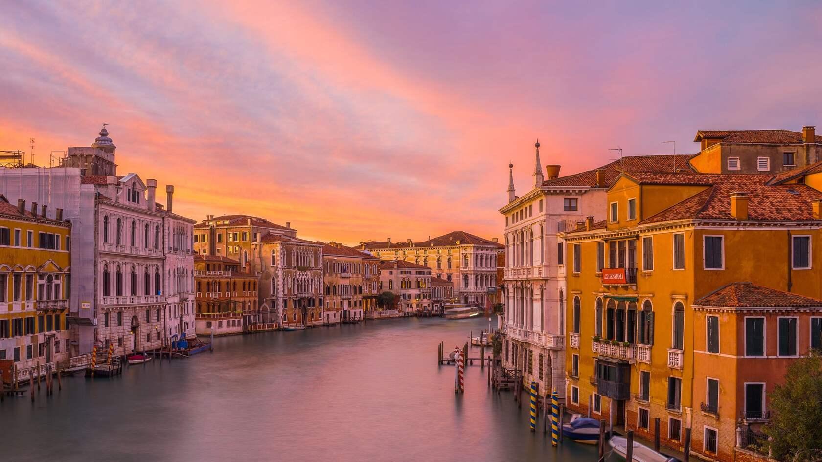 黄昏下的威尼斯,运河,渠道,沿河建筑唯美高清4k壁纸图片第1张图片