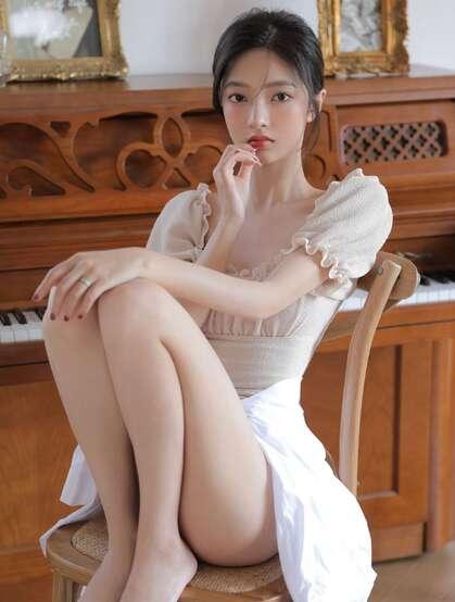 白皙粉嫩美腿少女居家唯美写真,多少人还在喋喋不休轻吟曾经的温柔