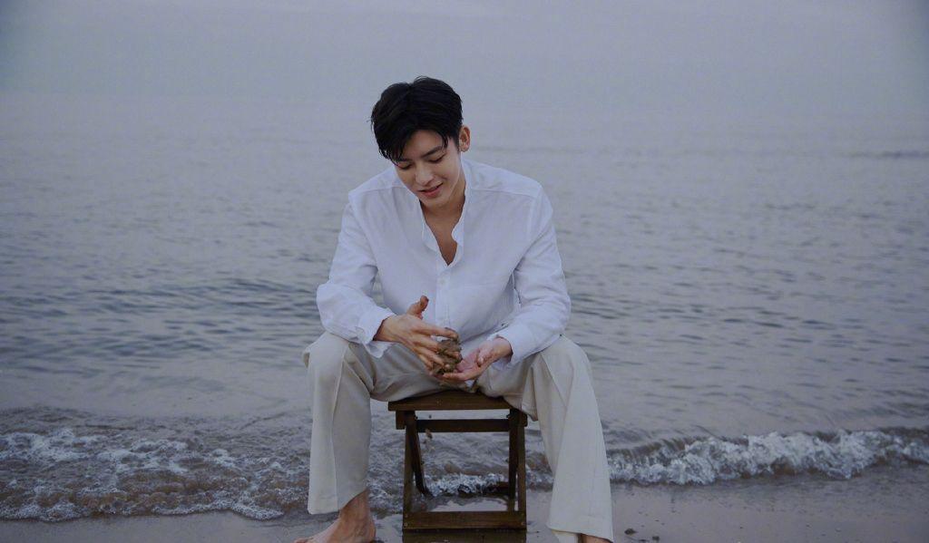侯明昊白衫白裤穿搭海边慵懒惬意写真图片套图1
