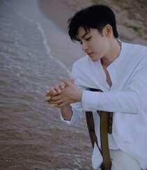侯明昊白衫白裤穿搭海边慵懒惬意写真图片组图2