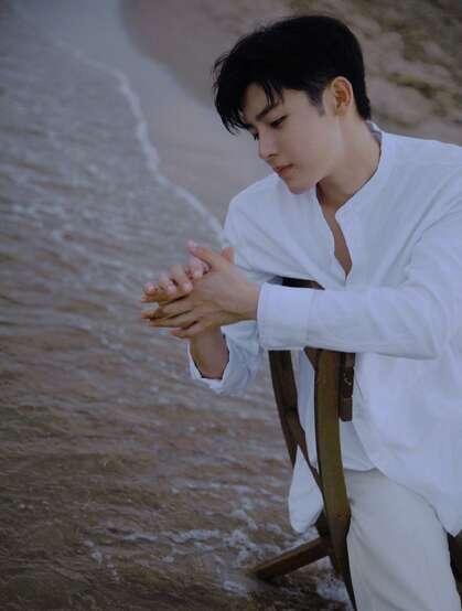 侯明昊白衫白裤穿搭海边慵懒惬意写真图片