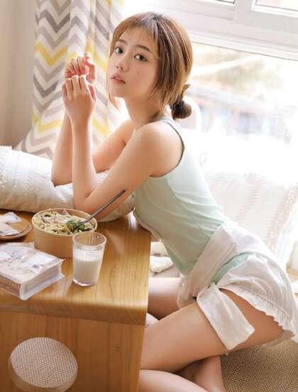 小姐姐吃面条的样子太可爱了,纯欲系背心短裤美女小姐姐甜美迷人私房照片